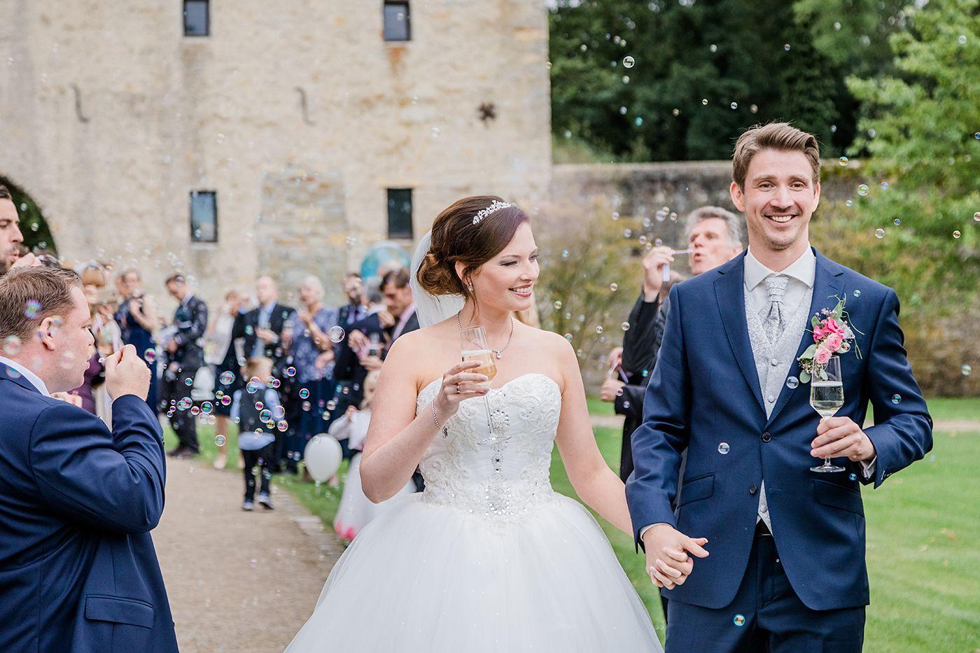hochzeit_48__hochzeitsfotografin_lumoid_nadine_lotze_hagen_ruhrgebiet_detail_rittergut_stoermede_sektempfang_prosecco_wedding_bubbles