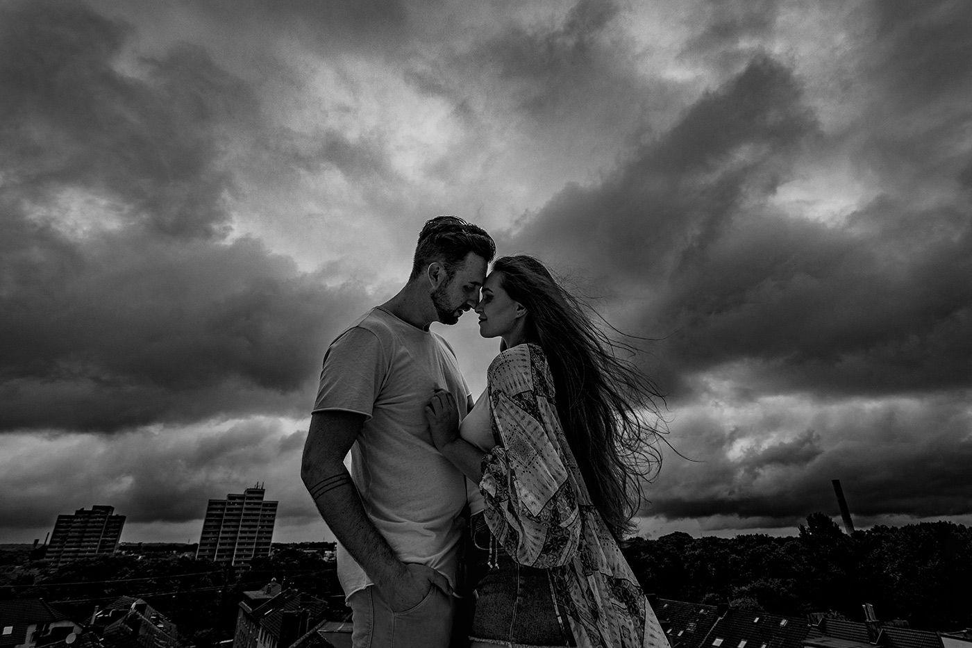 lovebirds_lumoid_photo_nadine_lotze_hagen_ruhrgebiet_hochzeitsfotografin_paar_portrait_dortmund_rooftop_schwarzweiß